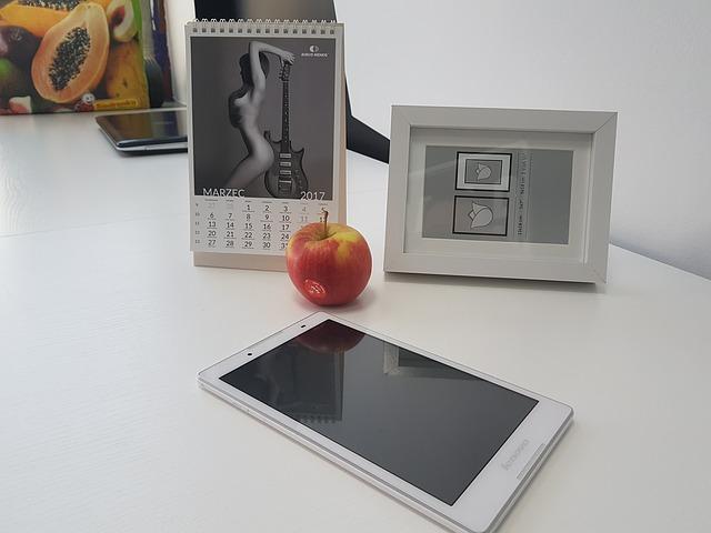 tablet na biurku